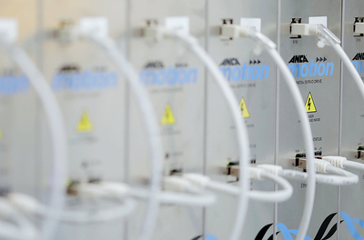 Multi-axis servo system conserves energy wastage